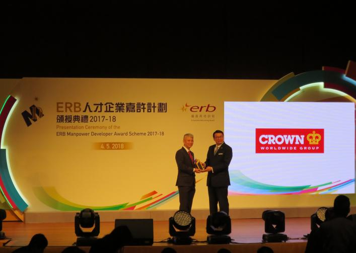 Michael Wan, Director of Moving Services of China and Hong Kong accepted the award from William Leung Wing-cheung, SBS, JP, Chairman of the Employees Retaining Board.